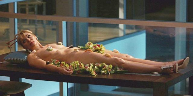 """Nyotaimori letteralmente """"servire (i cibi) sul corpo femminile"""", indica la pratica di mangiare sashimi o sushi dal corpo di una donna - la felicità di fare l'amore in cucina italianlovers.eu"""